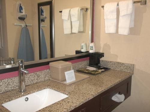 days-inn-fort-lauderdale-airport-north-cruise-port-bathroom