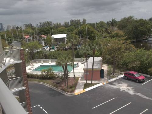days-inn-fort-lauderdale-airport-north-cruise-port-pool
