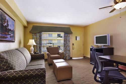 embassy-suites-hotel-ft-lauderdale-17-street-livingroom-suite